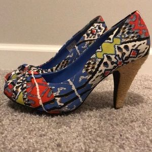 Adorable tribal print heels